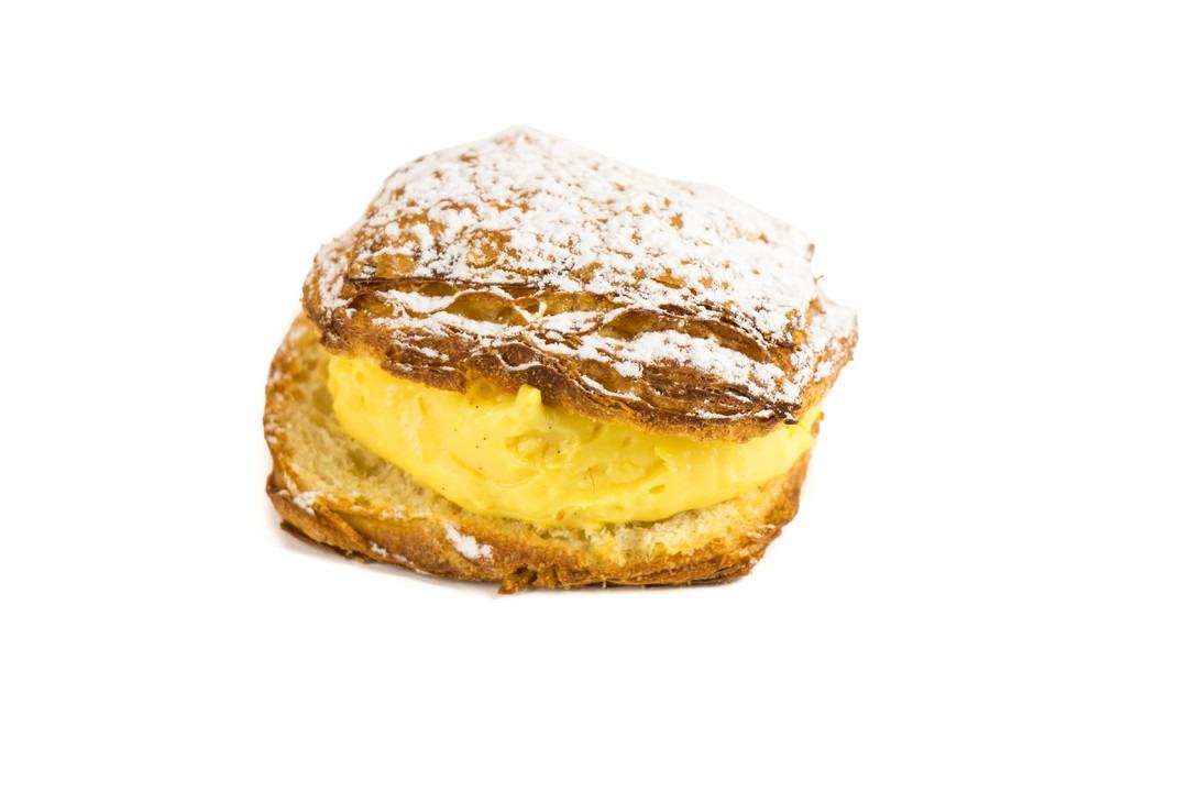 Crèmekoek met bloemsuikertopping - Bakkersonline