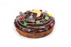 Cake van./choc. met ganache en snoepjes - Bakkersonline