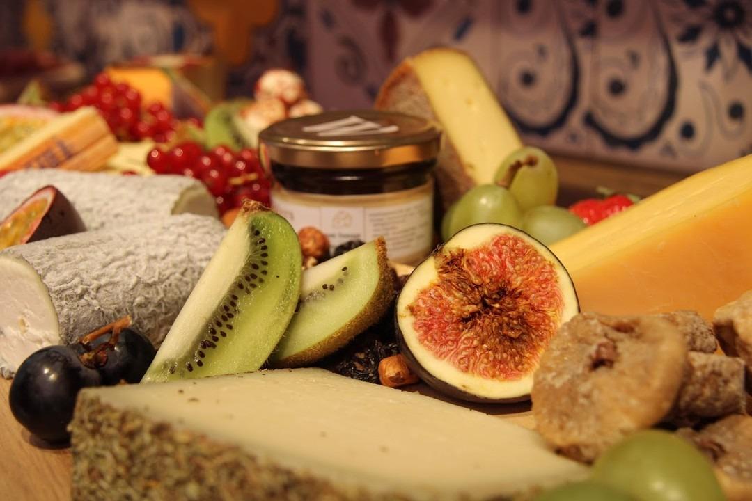 Onze Delisse kaasschotel met fruit (vers en gedroogd) en noten. - Bakkersonline
